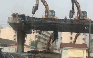 三挖机桥面打破碎 这是要和大桥同归于尽?