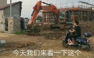 新斗山挖机师傅,是怎么清理路上烂泥巴的,来看看吧!