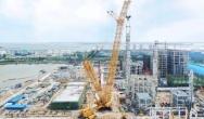 转战广西华谊!恒立永泰4000吨履带起重机华丽首吊项目最高最重塔器