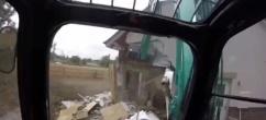 老板拖欠工资 男子开挖掘机直播拆房泄愤