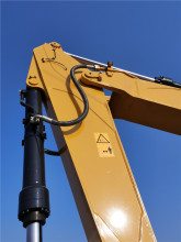 【前端工作装置】1.高强型动臂,可靠的耐久性; 2.应力去除高拉伸强度钢板; 3.精准开模高强度锻打关键结构件,轴座部位使用锻打件; 4.B-Boss主承重结构件强化隔板,中间部位加焊大截面隔板; 5.强化型斗杆,采用箱式大截面,内部加强支撑结构;6.铲斗的易磨损部位(前部、两侧面及底部)均采用高强度110公斤级别耐磨材料焊接,铲斗平均使用寿命比传统机型延长25%以上; 7.采用矿山超耐磨铸造型斗齿和侧刃,结构更易于挖掘切入,整体提高作业效率、延长更换周期,为用户挺高作业效率、降低使用成本。