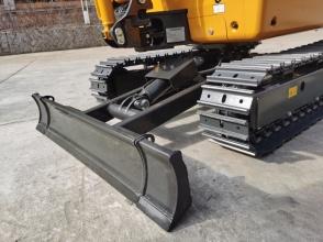 【推土铲坚固耐久】箱体式架构推土铲更坚固耐久,标配延长块。推土铲下扬程达325mm,同级别中领先,方便上下平板车和爬梯作业。