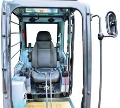 【豪华安全驾驶室】使用翻车和落物保护装置(ROPS&FOPS),确保安全。在驾驶室底座安装了减震器,创造出舒适的乘坐环境。