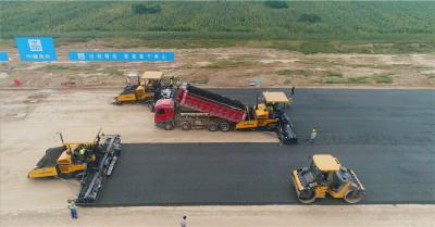 柳工CLG509E沥青摊铺机高清图 - 施工场景图